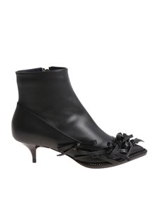 N° 21 - Black pointy ankle boots with bows
