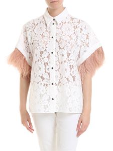 N° 21 - Shirt in white rebrodé lace with feathers