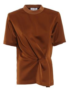 The Attico - Safety pin detailed satin T-shirt in Burnt Caramel color